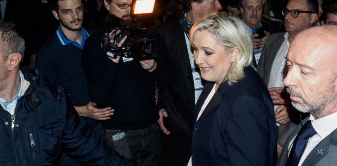 Kandydatka antyunijnego i antyimigracyjnego Frontu Narodowego (FN) w wyborach prezydenckich we Francji Marine Le Pen zapewniła w niedzielę zwolenników, że w razie wygranej obroni ich zarówno przed islamskim fundamentalizmem, jak i globalizacją.