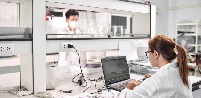 """""""Naukowcy z Kielc szybko przekonali się, że w kontakcie ze związkiem rutenu pałeczka ropy błękitnej faktycznie wytwarza mniej biofilmu. Otwarte pozostawało jednak pytanie, czy aby na pewno dzieje się tak za sprawą taktyki konia trojańskiego."""""""