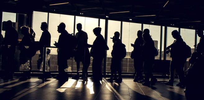 Teoria mówi tak: w sytuacji braku rąk do pracy nasila się presja płacowa i przedsiębiorstwa muszą podnosić wynagrodzenia, aby zatrzymać ludzi u siebie