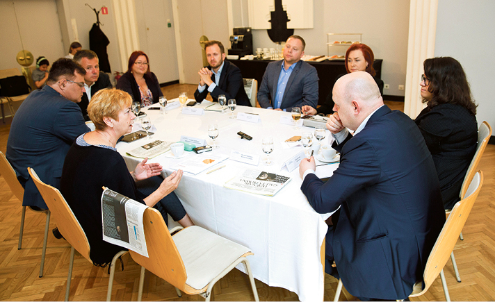 Lidia Gądek posłanka PO, lekarz, zasiada wkomisji zdrowia, przewodnicząca zespołów parlamentarnych – podstawowej opieki zdrowotnej iprofilaktyki, oraz zespołu ds. cukrzycy, wiceminister zdrowia wgabinecie cieni PO