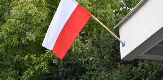 Flaga lub banner eksponowane publicznie muszą być czyste i mieć czytelne barwy
