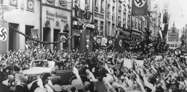 """W ubiegłym tygodniu głośno zrobiło się o sprawie śpiewnika korporacji studenckiej """"Germania zu Wiener Neustadt"""" (Germania z Wiener Neustadt), który - jak ujawniono - zawiera teksty antysemickie i gloryfikujące nazizm, w tym kpiny z mordowania Żydów w komorach gazowych."""