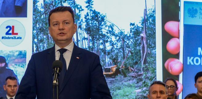 """Szef MSWiA powiedział dziennikarzom, że Tusk """"po raz kolejny szkodzi Polsce tego rodzaju wpisami""""."""
