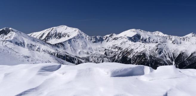 W poniedziałek w Tatrach wyszło słońce i przestał padać śnieg, co spowodowało ustabilizowanie sytuacji śniegowej w górach.