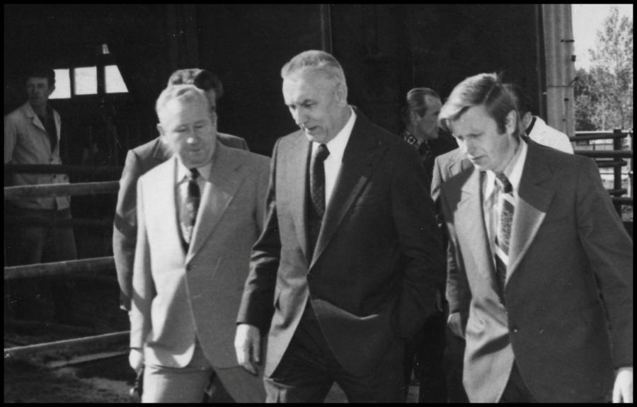 Edward Gierek (w środku) w PGR w Rząśniku