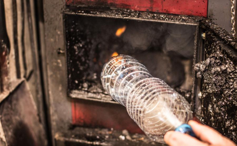 Palenie śmieciami w piecu