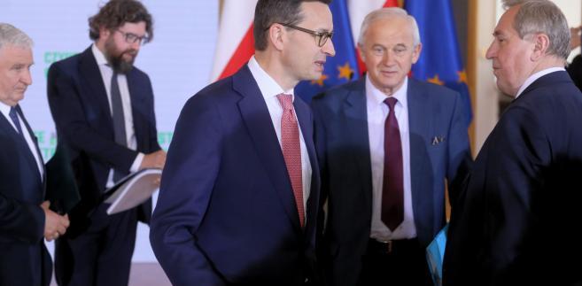 """Morawiecki ocenił, że przykład SO w Krakowie jest """"szczególnie znamienny"""" i zapowiedział, że będzie zachęcał wiceprzewodniczącego Komisji Europejskiej Fransa Timmermansa, """"aby się przyjrzał temu przykładowi bardzo uważnie""""."""