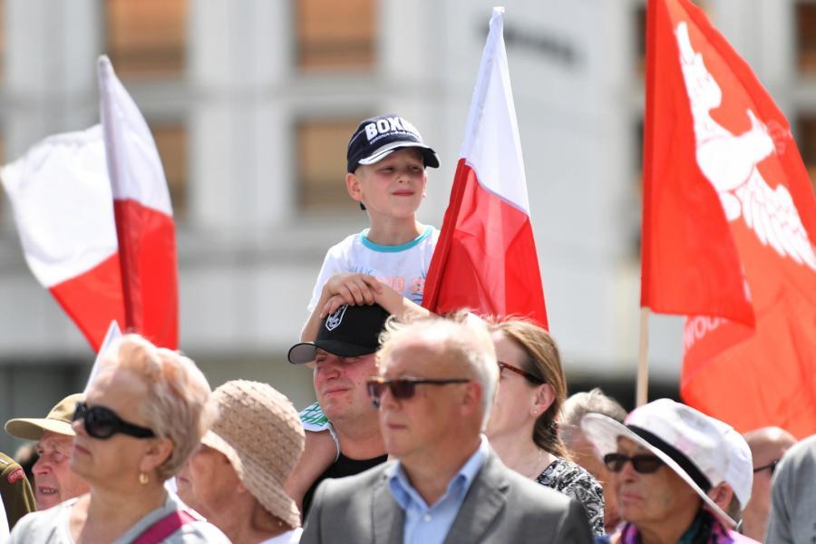 Mieszkańcy Warszawy obserwują zmianę posterunku honorowego i odczytanie Apelu Pomordowanych przy Grobie Nieznanego Żołnierza w Warszawie w ramach obchodów 75. rocznicy ludobójstwa Polaków na Wołyniu.