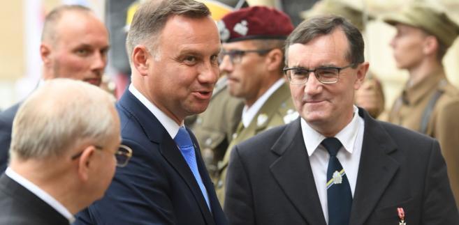 Stopnie generalskie, zgodnie z konstytucją, nadaje prezydent na wniosek ministra obrony narodowej.