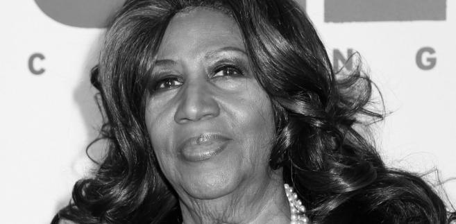 """Aretha Franklin zwana """"królową soulu"""". W swej długiej karierze Franklin zdobyła aż 18 nagród Grammy. Była pierwszą kobietą, która została przyjęta do Rock and Roll Hall of Fame. Do największych hitów Arethy należą słynne utwory """"Respect"""" i """"I Say a Little Prayer"""", a także """"(You Make Me Feel Like) A Natural Woman"""", """"Day Dreaming"""", """"Jump to It"""", """"Freeway of Love"""" czy """"A Rose Is Still A Rose"""". Zmarła w wieku 76 lat w swoim domu w Detroit."""
