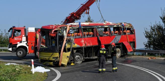Strażacy usuwają wrak ukraińskiego autokaru wycieczkowego na drodze krajowej nr 28 w Leszczawie.