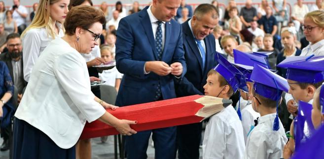 """Konferencja """"Innowacyjne meble w przyjaznej szkole"""" została zorganizowana przez Ministerstwo Przedsiębiorczości i Technologii oraz Polski Fundusz Rozwoju przy współpracy z Ministerstwem Edukacji Narodowej. Miała na celu zwrócenie uwagi na wpływ wyposażenia placówek edukacyjnych na rozwój dzieci i młodzieży. Wydarzeniu towarzyszyła wystawa mebli oraz sprzętów szkolnych."""