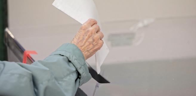 """""""Miejska Komisja Wyborcza pracuje nad wyraz intensywnie, ponieważ mamy w tej chwili szczyt jeżeli chodzi o przybywanie obwodowych komisji wyborczych i rozliczanie się z pracy, którą wykonały, czyli przekazywanie protokołów"""" – mówił PAP Majchrzak."""