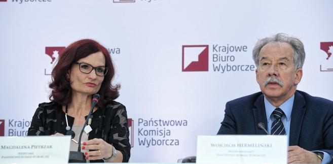 Przewodniczący PKW Wojciech Hermeliński i szefowa Krajowego Biura Wyborczego Magdalena Pietrzak.