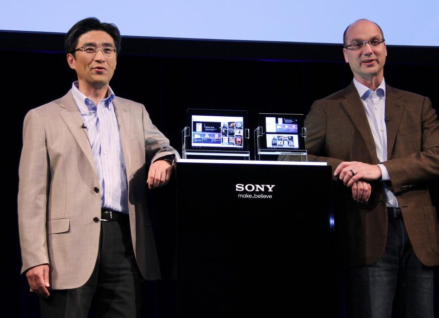 Kunimasa Suzuki (po lewej), wiceprezes Networked Products & Services Group w Sony, oraz Andy Rubin, starszy wiceprezes działu Mobile w Google Inc., pozują do zdjęcia w trakcie prezentacji tabletów PC S1 (po lewej) oraz S2 (po prawej) w Tokio, Japonia.