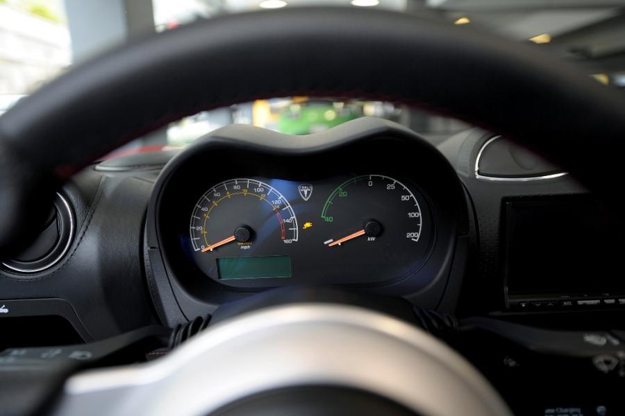 Licznik w Modelu X Tesli, który został zaprezentowany w salonie Tesla Motors w San Jose w Kalifornii. Tesla Motors planuje sprzedaż Modelu X, sportowego samochodu zasilanego energią elektryczną, już w 2013 roku. Fot. David Paul Morris/Bloomberg