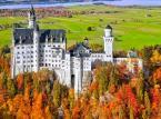 2. Zamek Neuschwanstein – ten bajkowy pałac został wybudowany na zlecenie króla  Ludwika II Bawarskiego, słynącego ze swojej rozrzutności. Styl w którym został wybudowany jest mieszanką stylów: neoromańskiego, pseudomauretańskiego oraz neogotyckiego. Co roku ponad milion osób odwiedza zamek, który stał się największą atrakcją turystyczną Bawarii.