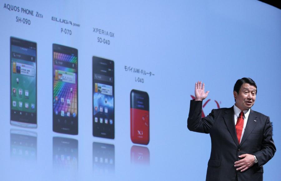 Nowa seria smartfonów japońskiej firmy DoCoMo prezentowana przez jej szefa Ryuji Yamadę.
