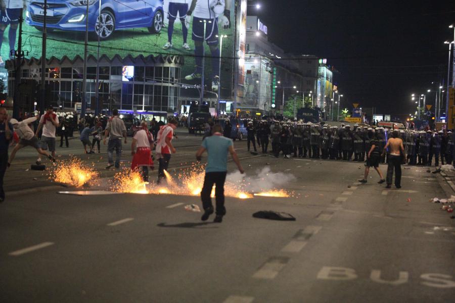 Starcia pseudokibiców przed Strefą Kibica w Warszawie