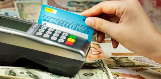MF proponuje też w projekcie wprowadzenie obowiązku informowania konsumentów o wszelkich opłatach związanych z przyjmowaniem zapłaty kartą.