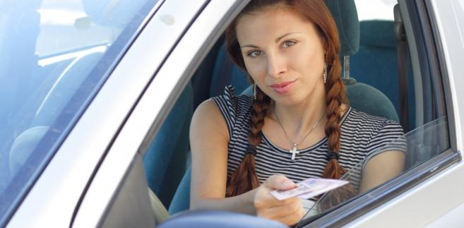 """""""Do postępowań wszczętych i niezakończonych do dnia wejścia w życie niniejszej ustawy stosuje się przepisy ustawy o kierujących pojazdami w brzmieniu nadanym przedmiotową regulacją"""" - czytamy w komunikacie Kancelarii Prezydenta informującym o podpisaniu nowelizacji."""