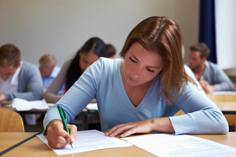 Studentka podczas egzaminu