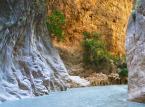 Wąwóz Saklikent. Położony w górach Taurus. Został wydrążony przez rzekę Ešen. Ma wysokość około 300 metrów i jest długi na 18 kilometrów.